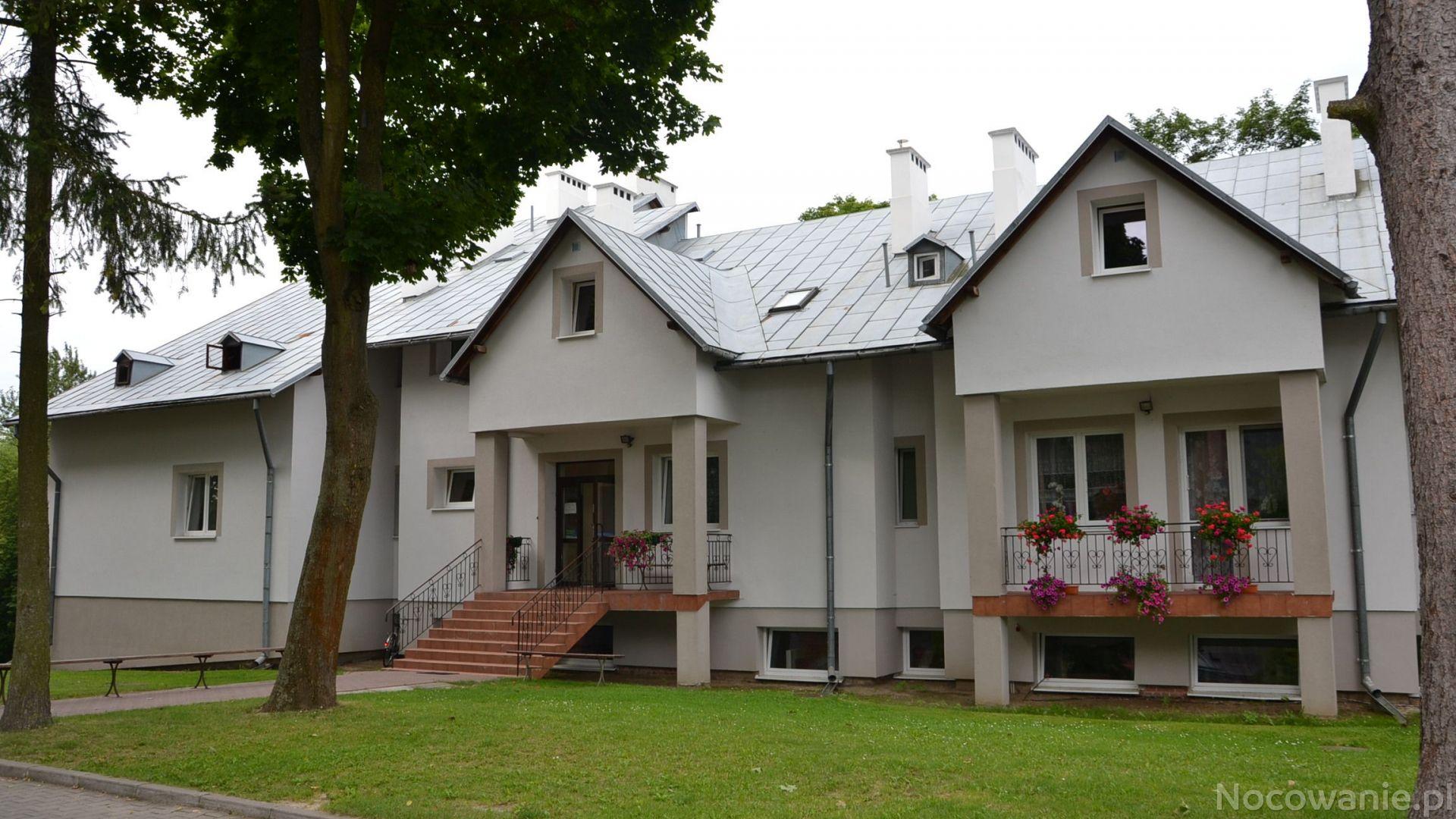 Domu Pielgrzyma przy Sanktuarium ze strony: https://www.nocowanie.pl/noclegi/naleczow/pensjonaty/23563/